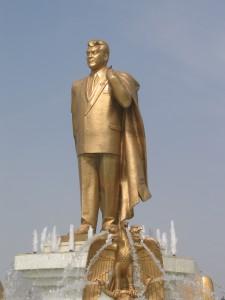 En guldpläterad staty av Nijazov, på en roterande piedestal på toppen av Neutralitetsbågen.